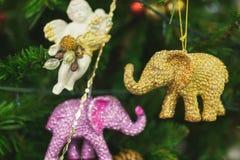 Branches d'un arbre de Noël avec de belles décorations sur un fond brouillé photos stock