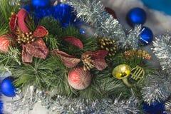 Branches d'un arbre de Noël avec de belles décorations sur un fond brouillé photo stock