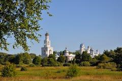 Branches d'un bouleau sur un fond de monastère de Jurev le soir d'été, Veliky Novgorod, Russie Photographie stock