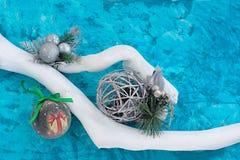Branches de composition en Noël peintes dans le blanc sur un fond texturisé bleu photos stock