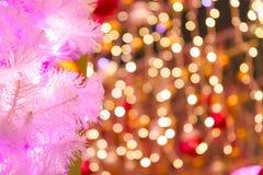 Branches de l'arbre de Noël et des lumières colorées Photos libres de droits