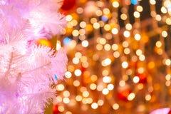 Branches de l'arbre de Noël et des lumières colorées Images libres de droits
