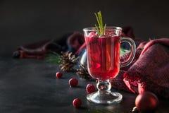 Branches de romarin et de sapin de garniture de vin chaud de canneberge de Noël sur le noir Boisson de Noël image libre de droits