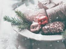 Branches de sapin, décorations de Noël et neige Image stock