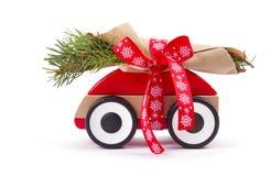 Branches de sapin d'arbre de Noël sur la voiture de jouet Photo libre de droits