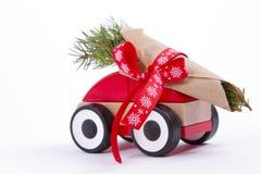Branches de sapin d'arbre de Noël sur la voiture de jouet Image libre de droits