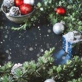 Branches et ornements verts de Noël sur le noir Photographie stock