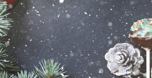 Branches et ornements verts de Noël sur le noir Images libres de droits