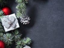 Branches et ornements verts de Noël sur le noir Image stock