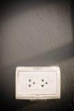 Branchez le dispositif utilisé pour relier les signaux électriques à élém. élect. images stock