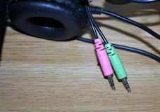 Branchez pour relier les écouteurs et le microphone d'ordinateur photo libre de droits
