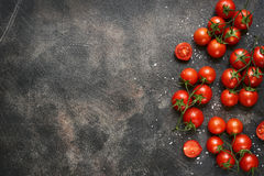 Branchs томатов вишни с разбросанным солью моря Взгляд сверху с Стоковые Изображения
