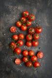 Branchs томатов вишни с разбросанным солью моря Взгляд сверху Стоковые Изображения