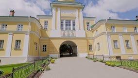 Branco amarelo ortodoxo de Christian Church contra um céu azul bonito video estoque