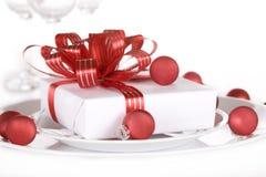Branco atual com fitas vermelhas em uma placa de jantar Foto de Stock Royalty Free