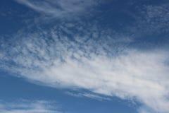 Branco azul da nuvem surpreendente do céu Fotos de Stock