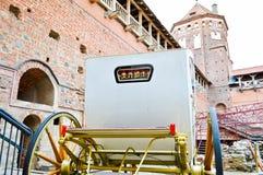 Branco bonito cinzelou o transporte rico real de madeira com as grandes rodas decoradas com testes padrões do ouro ao lado do eur fotos de stock