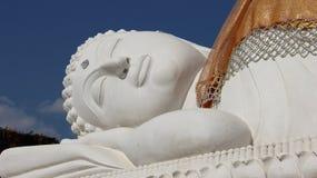 Branco buddha grande de reclinação Foto de Stock Royalty Free