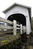 Branco coberto e pintado, ponte da angra de Ritner como visto de baixo de foto de stock
