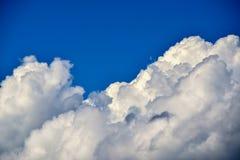 Branco como nuvens do fluff imagens de stock royalty free