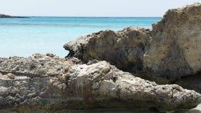 Branco da calma do mar Mediterrâneo do sol de turquesa da água da rocha de Elafonissi da Creta da praia da descida imagens de stock