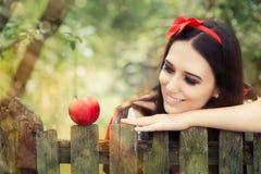 Branco da neve com o retrato vermelho do conto de fadas de Apple Fotos de Stock Royalty Free