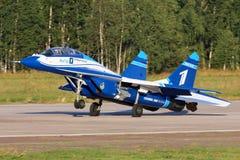 BRANCO de Mikoyan Gurevich MiG-29UB 1 do voo perfoming da demonstração da força aérea do russo em Zhukovsky durante o airshow MAK Imagem de Stock