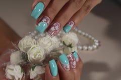 Branco do projeto da arte do prego do tratamento de mãos com azul Fotos de Stock
