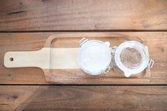 Branco e açúcar mascavado no vidro no fundo de madeira Imagens de Stock