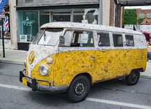 Branco e amarele o ônibus 1966 de Volkswagen Fotografia de Stock