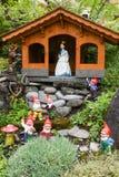 Branco e anões da neve em um jardim de uma casa Fotografia de Stock Royalty Free