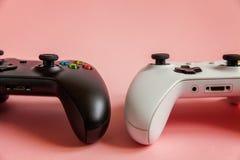 Branco e enegreça o gamepad de dois manches, console do jogo no fundo moderno na moda colorido cor-de-rosa do pino-acima da forma fotografia de stock royalty free