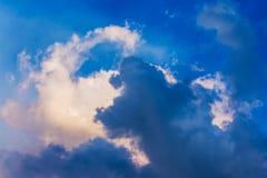 Branco e escuro - nuvens azuis no céu do temporal Viscosidade de combate fotos de stock royalty free