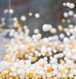 Branco e esfera de flutuação alaranjada da espuma no recipiente acrílico imagens de stock