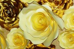 Branco e flores de papel do ouro imagens de stock