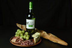 Branco espanhol do vinho, uvas, queijo azul, prosciutto cortado e salame Imagens de Stock