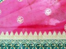 Branco feito a m?o tradicional, vermelho/rosa, sari de seda indiano azul /saree com detalhes dourados, uso da mulher vestir no fe imagem de stock royalty free