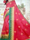Branco feito a m?o tradicional, vermelho/rosa, sari de seda indiano azul /saree com detalhes dourados, uso da mulher vestir no fe imagens de stock