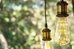Branco morno conduzido incandescente retro clássico da lâmpada elétrica no fundo do borrão, ampola do vintage imagens de stock royalty free