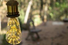 Branco morno conduzido incandescente retro clássico da lâmpada elétrica no fundo do borrão, ampola do vintage fotografia de stock royalty free
