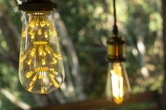Branco morno conduzido incandescente retro clássico da lâmpada elétrica no fundo do borrão, ampola do vintage imagens de stock