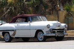 Branco restaurado e Borgonha Chevrolet em Cuba Fotografia de Stock Royalty Free