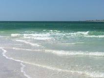 Branco tropical Sandy Beach do oceano de turquesa Foto de Stock Royalty Free