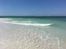 Branco tropical Sandy Beach do oceano de turquesa Imagens de Stock Royalty Free