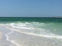 Branco tropical Sandy Beach do oceano de turquesa Imagem de Stock
