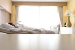 Branco vazio sobre o fundo da tabela do hospital da cama com woma borrado imagem de stock royalty free
