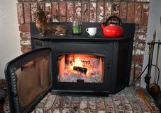 Brand in baksteenopen haard en mantel binnen een comfortabele familieruimte royalty-vrije stock afbeelding