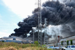 Brand brandende fabriek royalty-vrije stock afbeeldingen