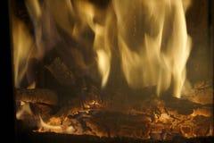 Brand Brandhout in de Open haard Heldere brand stock foto's