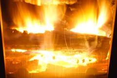 Brand Brandhout in de Open haard Heldere brand stock afbeeldingen